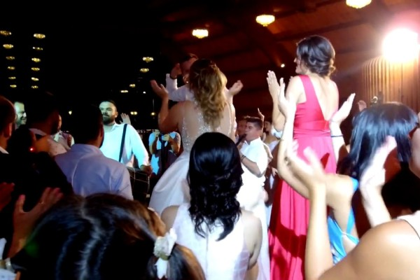Νύφη και γαμπρός άρχισαν το τσιφτετέλι και... έβαλαν «φωτιά» στο γλέντι του αιώνα!