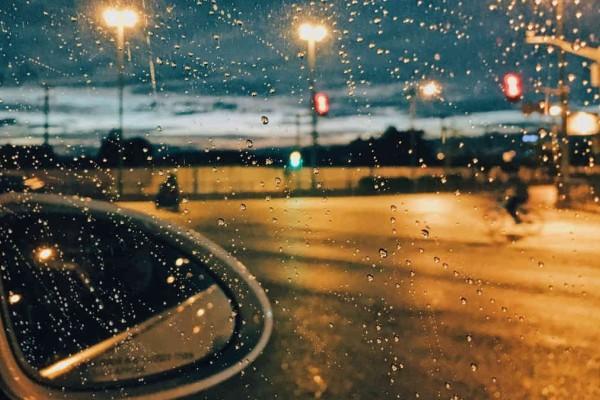 Οδήγηση: Οι «χρυσοί» κανόνες κατά τη διάρκεια της βροχής