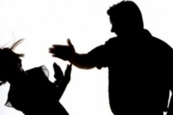 Φρίκη στο Βόλο: Την έσυρε από τα μαλλιά και τη χτυπούσε μπροστά στον 9χρονο γιο της