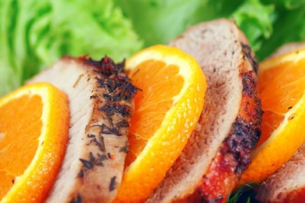 Βούτηξε το κρέας σε ένα μπολ με χυμό πορτοκάλι και μετά το έψησε - Ο λόγος θα σας ενθουσιάσει