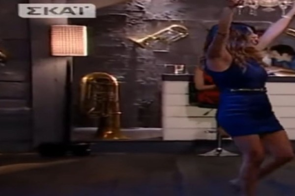 To ζεϊμπέκικο ηθοποιού με «καυτό» στενό φόρεμα που «μάγεψε» (Video)