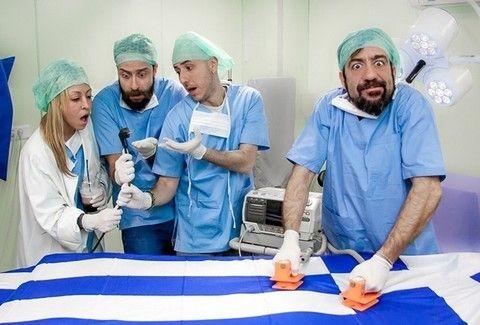 ΦΙΑΣΚΟ: Το μουσικοθεατρικό stand up comedy με τον Σωτήρη Καλυβάτση που δεν πρέπει να χάσεις στη La Μπουάτ!