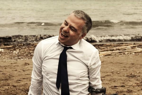 «Μνημόνια τέλος!!! Βγαίνουμε!!!»: Η νέα stand up comedy παράσταση του Χριστόφορου Ζαραλίκου