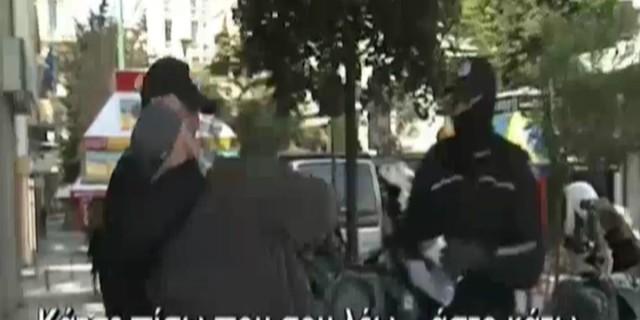 Βίντεο σοκ από το κέντρο της Αθήνας: Τραμπούκος Αστυνομικός κάνει κεφαλοκλείδωμα σε ηλικιωμένο για να ελέγξει τα χαρτιά του
