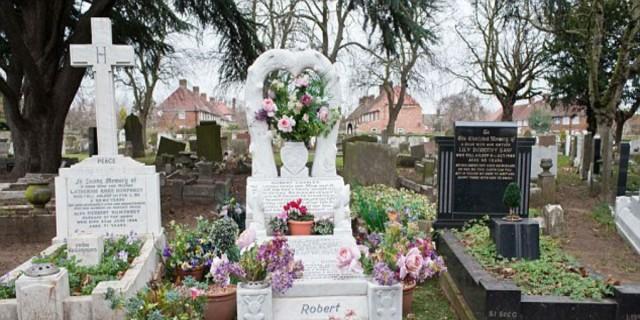 Στόλιζε τον τάφο της πεθεράς του με λουλούδια - Αυτό που έγινε λίγα δευτερόλεπτα μετά θα σας κόψει την ανάσα!