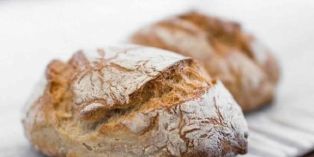 Το εύκολο και αφράτα ψωμί που γίνεται στην καταρόλα