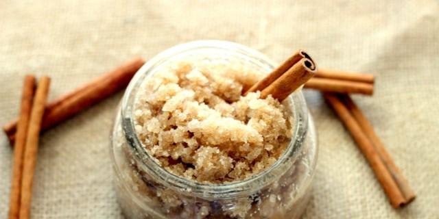 Ανακατεύει κανέλα, μαύρη ζάχαρη και μέλι και τρίβει το μείγμα στα χείλη της - Μόλις δείτε το αποτέλεσμα θα τρέξετε να το κάνετε!