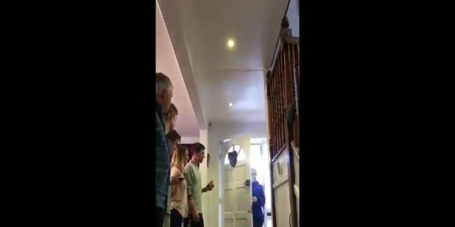 Μια νοσηλεύτρια επιστρέφει σπίτι της αργά το βράδυ - Μόλις δείτε πώς την υποδέχεται η οικογένειά της θα δακρύσετε!