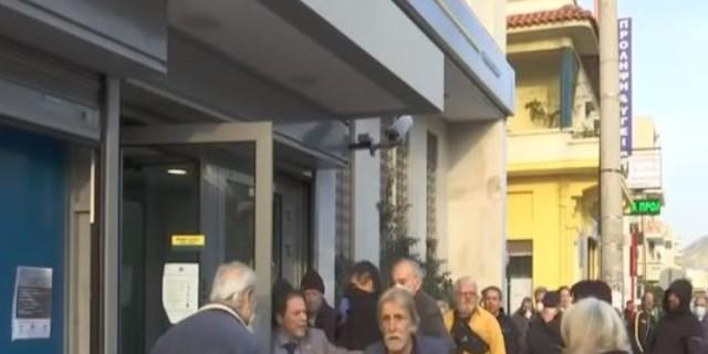 Λιποθύμησε άνδρας και έπεσε ενώ περίμενε στην ουρά της τράπεζας - «Μην τον πλησιάζετε» φώναζαν
