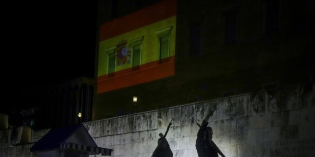 Βουλή - Φωταγωγείται με τα χρώματα της Ισπανικής σημαίας για ένα τριήμερο