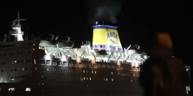 Το πλοίο «Ελευθέριος Βενιζέλος»  με τα 120 κρούσματα προσάραξε στο λιμάνι του  Πειραιά