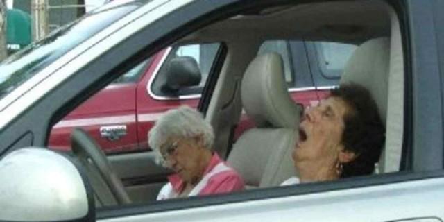 Αστυνομικός είδε αυτές τις γιαγιάδες να κάνουν κάτι περίεργο στο αυτοκίνητο - Όταν δείτε τι ακολούθησε θα πάθετε πλάκα