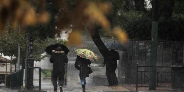 Χειμωνιάτικος ο καιρός σήμερα: Βροχές και πτώση της θερμοκρασίας