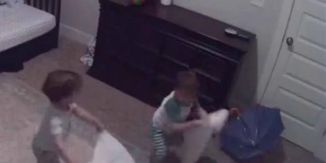 Μητέρα βάζει κρυφή κάμερα για να παρακολουθεί τα 3χρονα δίδυμα μωρά της - Αυτό που διαπιστώνει στη συνέχεια... (Video)