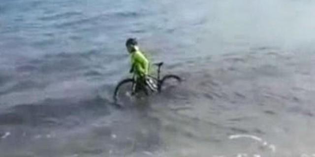 Κορωνοϊός: Ποδηλάτης βούτηξε στη θάλασσα για να μη φάει πρόστιμο (video)
