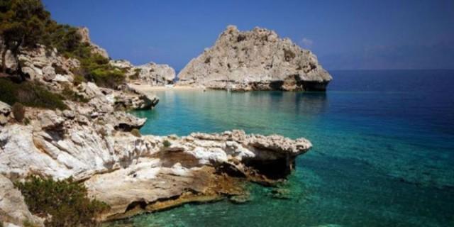 H μαγευτική παραλία μια ανάσα απ' την Αθήνα που λίγοι γνωρίζουν