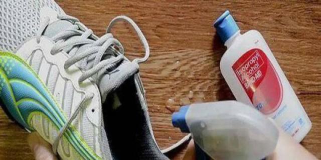 Ψέκασε τα αθλητικά της παπούτσια με οινόπνευμα και έλυσε ένα από τα πιο ενοχλητικά προβλήματα
