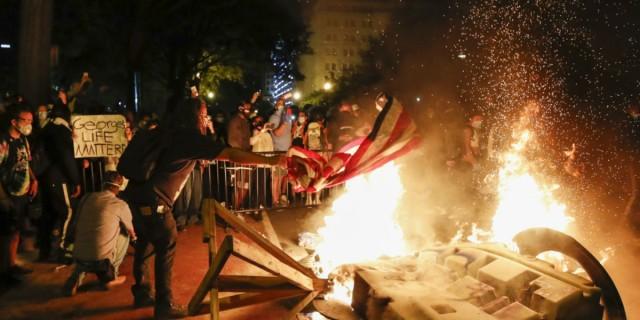 Χάος στις ΗΠΑ: Βία και δακρυγόνα στο Λευκό Οίκο - Φυγάδευσαν τον Τραμπ (Video)