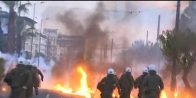 Άγρια επεισόδια στο κέντρο της Αθήνας: Μολότοφ και δαρκυγόνα έξω από την αμερικανική πρεσβεία