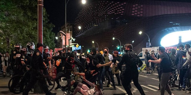 ΗΠΑ: Συνεχίζεται το χάος για τον Τζορτζ Φλόιντ - Απαγόρευση κυκλοφορίας σε Νέα Υόρκη και Ουάσινγκτον