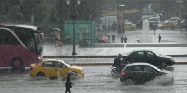 Σφοδρή καταιγίδα «χτυπάει» την Αθήνα (Video)