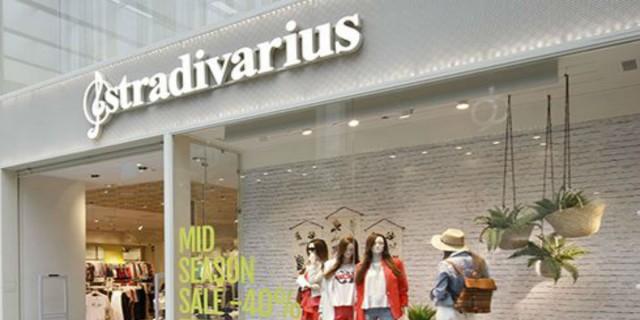 Stradivarius: Το λουλουδένιο τοπ με έναν ώμο είναι το must have κομμάτι για τις καλοκαιρινές σου εξόδους