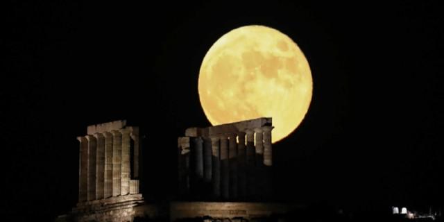 Μάγεψε το φεγγάρι του «κόκκινου ελαφιού» - Εντυπωσιακές εικόνες από το Σούνιο