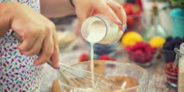 Βάζετε γάλα στην ομελέτα όταν χτυπάτε τα αυγά; Μεγάλο λάθος! Δείτε γιατί πρέπει να το σταματήσετε αμέσως