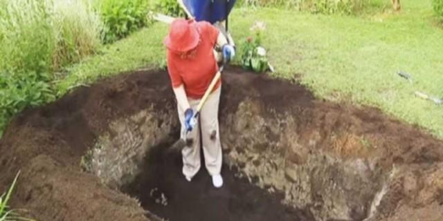 Αυτή η γιαγιά ξεκίνησε να σκάβει έναν τάφο στην αυλή της - Μόλις δείτε τον λόγο θα ανατριχιάσετε
