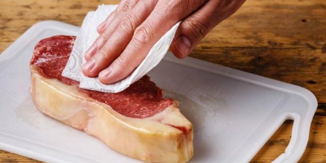 Ψήσιμο κρέατος: Ο απαράβατος κανόνας των έμπειρων σεφ που εμείς αγνοούμε