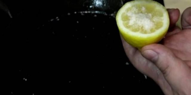 Κόβει ένα λεμόνι και ρίχνει λίγο αλάτι - Όταν δείτε τι κάνει στο τηγάνι...θα το δοκιμάσετε αμέσως