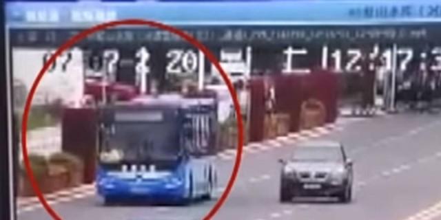 Λεωφορείο γεμάτο μαθητές έπεσε από γέφυρα - 21 νεκροί - Βίντεο που σοκάρει