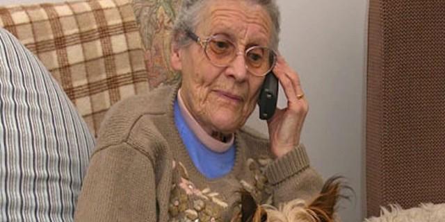 Το τηλέφωνο αυτής της γιαγιάς χτυπούσε επίμονα - Μόλις δείτε τι απάντησε όταν το σήκωσε θα μείνετε άφωνοι