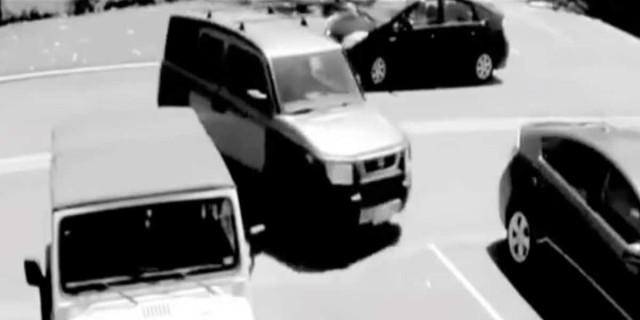 Νεαρός έκλεψε τη θέση πάρκινγκ μιας γιαγιάς - Μόλις δείτε τη συνέχει θα σας