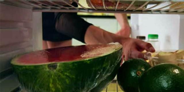 Τυλίγετε το καρπούζι με μεμβράνη και το βάζετε στο ψυγείο; Σταματήστε το αμέσως