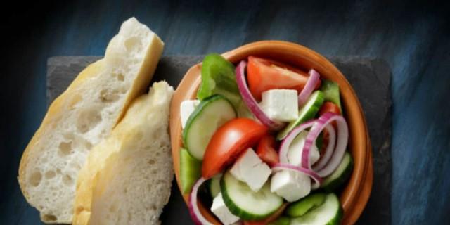 Βουτάτε το ψωμί μέσα στη σαλάτα σας; Μην το ξανακάνετε ποτέ!