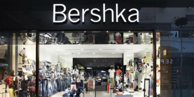 Το δερμάτινο παντελόνι καμπάνα από τα Bershka είναι... σκέτος έρωτας!