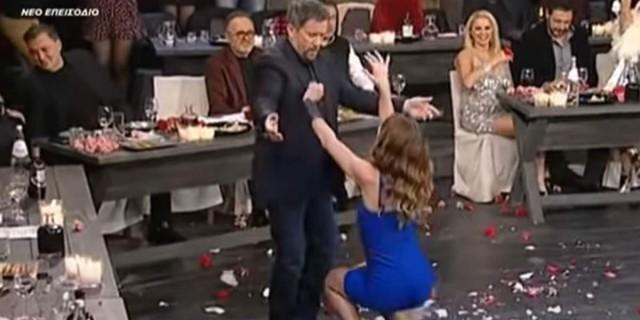Νεαρή ηθοποιός χορεύει καυτό τσιφτετέλι και