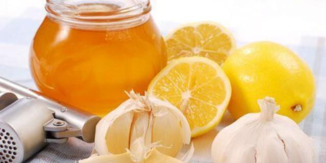 Έφτιαξε ένα ρόφημα από λεμόνι, σκόρδο και μέλι και απαλλάχτηκε από κάτι άκρως ενοχλητικό