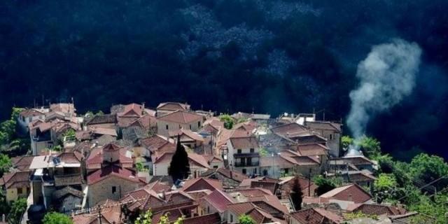 Μόλις 180 χλμ από την Αθήνα υπάρχει ένα άγνωστο μαγικό χωριουδάκι γεμάτο πηγές, καταρράκτες και βλάστηση που οργιάζει