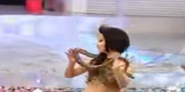 30χρονη χορεύει τσιφτετέλι αγκαλιά με ένα φίδι και προκαλεί...εγκεφαλικά