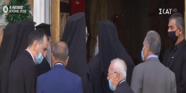 Θεσσαλονίκη: Χωρίς μάσκες οι ιερείς - Μεγάλος συνωστισμός έξω από τον ιερό ναό