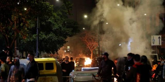 Κορωνοϊός: Επεισόδια για την απαγόρευση κυκλοφορίας - Μεγάλη συγκέντρωση στις πλατείες
