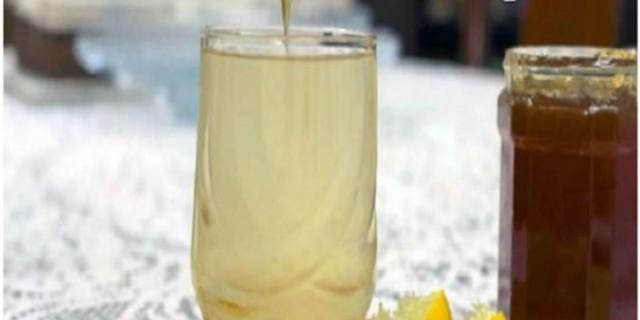 Γυναίκα έπινε ζεστό νερό με μέλι & λεμόνι για έναν ολόκληρο χρόνο – Μαντέψτε τα αποτελέσματα!