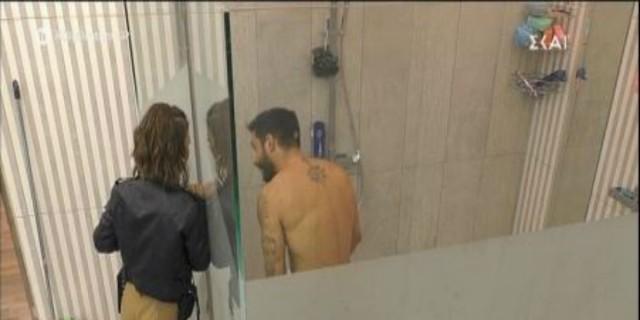 Big Brother: Κανονικό μπανιστήρι - Η Ραΐσα εισέβαλε στο μπάνιο ενώ μέσα βρισκόταν ο Γρηγόρης