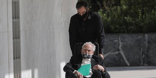 Άκης Τσοχατζόπουλος: Με αναπηρικό καροτσάκι στην Εισαγγελία του Αρείου Πάγου