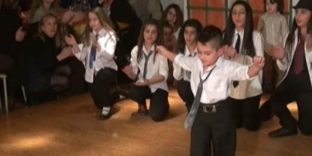 5χρονος χόρεψε ζεϊμπέκικο και καταχειροκροτήθηκε - Τα views πήραν