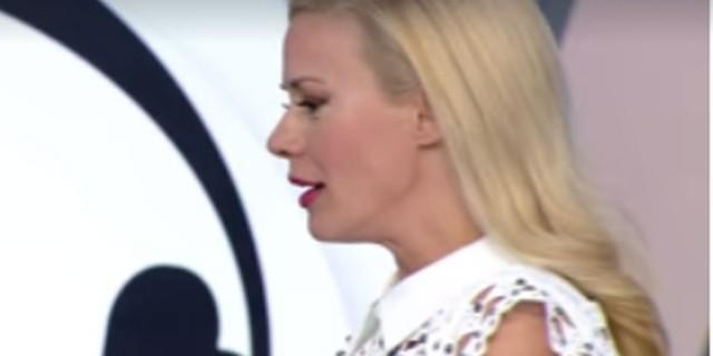 «Μαρμάρωσε» η Ζέτα Mακρυπoύλια - Ντροπιαστική στιγμή (Video)
