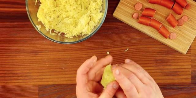 Τυλίγει ένα λουκάνικο με λιωμένη βραστή πατάτα - Μόλις δείτε αυτή τη συνταγή θα τρέξετε να τη δοκιμάσετε