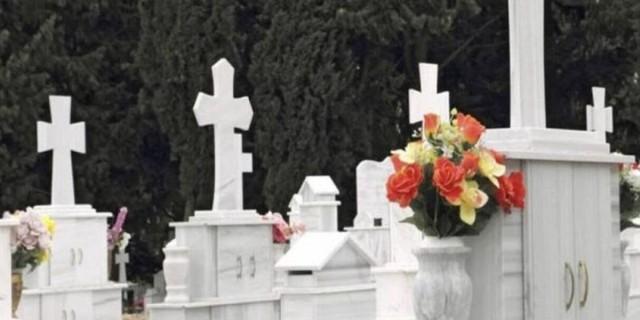 Αστυνομικοί ζητούσαν από 70χρονη έξω από νεκροταφείο να δουν το μνήμα της κόρης της για να μην της δώσουν 600 ευρώ πρόστιμο